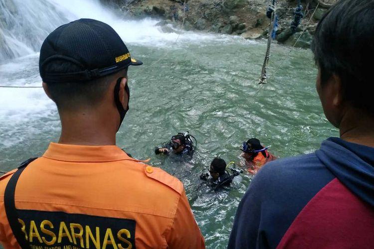 Tim SAR gabungan menerjunkan tim penyelam untuk mencari korban tenggelam di air terjun Kalela, Sumbawa Barat, NTB.