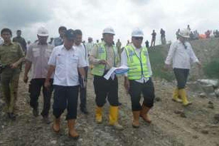 Menteri Pekerjaan Pekerjaan Umum dan Perumahan Rakyat (PUPR) Basuki Hadimuljono meninjau pembangunan Waduk Kuningan pada Selasa (26/1/2016). Progres pembangunan waduk ini baru mencapai 16 persen.