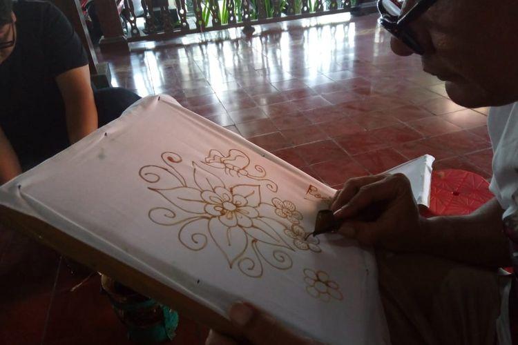 Proses membatik di Kampung Batik Laweyan. Forum Pengembangan Kampung Batik Laweyan mengadakan pelatihan membatik bagi wisatawan dan warga lokal yang ingin belajar