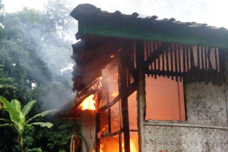 Seorang pemuda di Cianjur, Jawa Barat, nekat membakar rumah orangtuanya lantaran tak diberikan uang