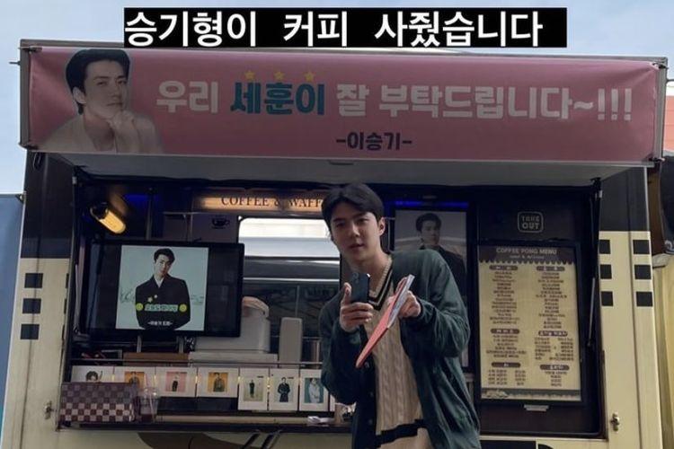 Sehun EXO berpose di depan truk kopi hadiah dari aktor Lee Seung Gi.