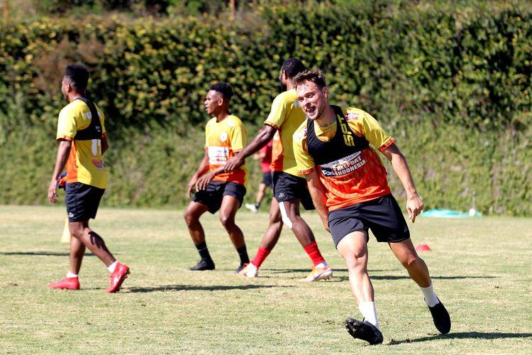 Pemain asing Persipura Jayapura, Thiago Amaral saat latihan bersama persipan lanjutan Liga 1 2020 di Lapangan Agrokusuma Batu, Jawa Timur, Senin (24/08/2020) pagi.