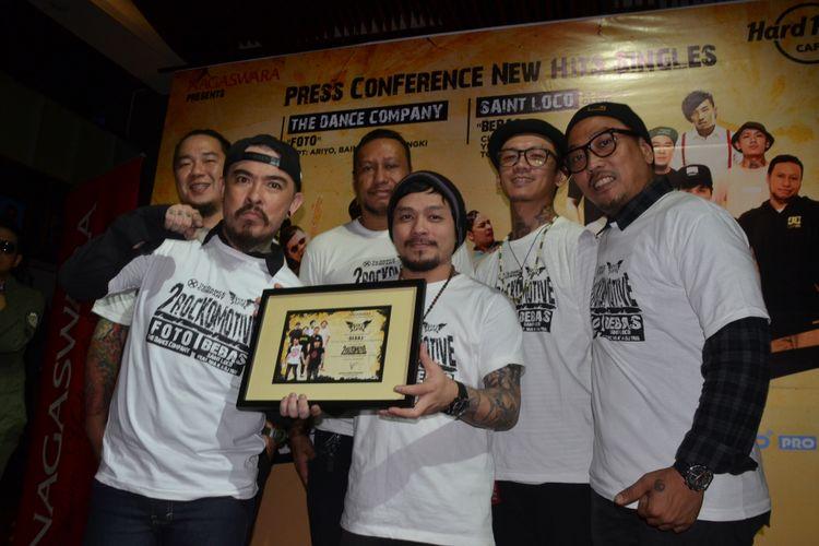 Saint Loco diabadikan saat jumpa pers perilisan New Hits Singles 2Rockomotive di Hard Rock Cafe,  Jakarta, Kamis (4/5/2017).