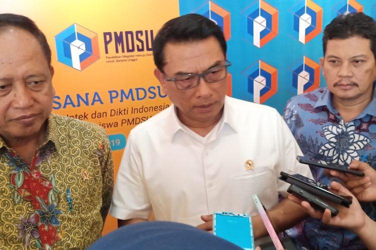 Kepala Staf Kepresidenan Jend. (Purn.) Moeldoko didampingi Menristekdikti Mohamad Nasir dan Dirjen SDID Ali Ghufron Mukti dalam Anjangsana PMDSU Batch-3 2019 di Jakarta, Selasa (15/10/2019).