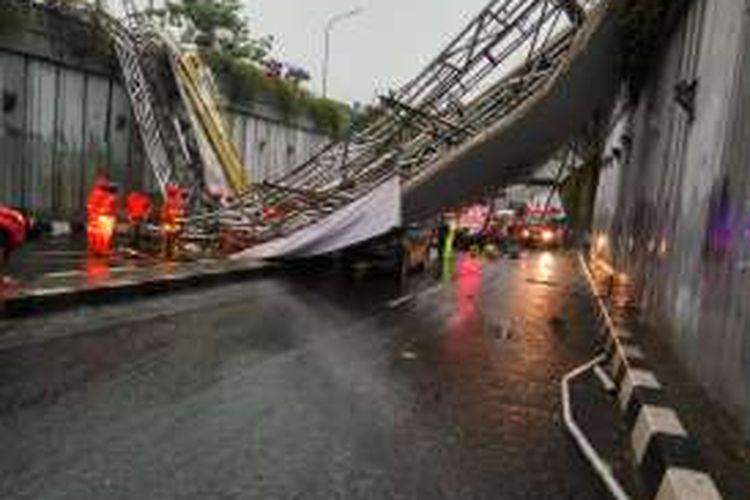 Kondisi Jembatan Penyeberangan orang di Kawasan Pasar Minggu, Jakarta Selatan yang roboh pada, Sabtu (24/9/2016).