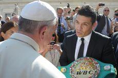 Paus Fransiskus Terima Sabuk Juara Tinju