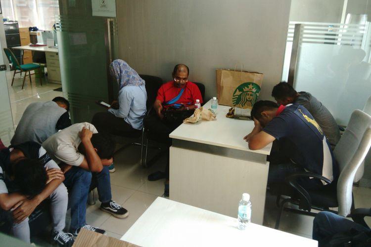 Belasan TKI ilegal yang hendak kerja di Malaysia diamankan pihak Imigrasi Kelas I Khusus Jakarta Selatan di Bandara Halim Perdanakusuma, Jakarta. Saat ini belasan TKI tersebut diamankan di kantor Imigrasi. Senin (17/4/2017)