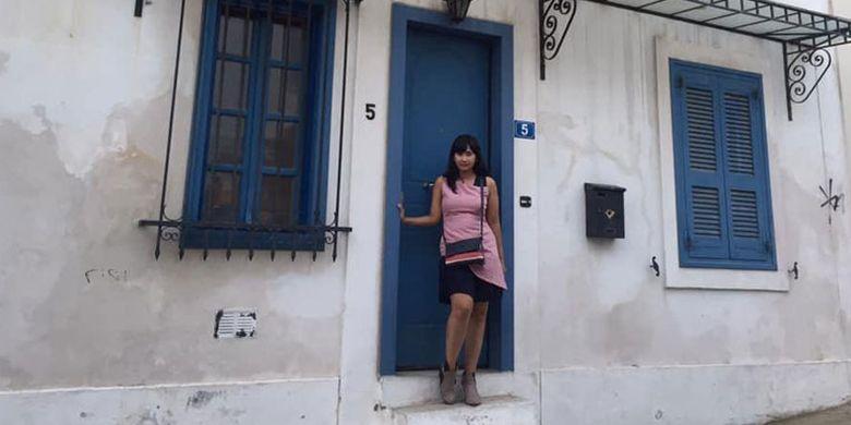 Turis yang mengunjungi Athena, Yunani, hampir selalu menyempatkan waktu untuk mengintip keunikan Anafiotika di kaki bukit Akropolis. Rumah-rumah di Anafiotika umumnya berbentuk kubik, berukuran kecil, dengan hiasan bunga bougenville di sisi temboknya. Beberapa rumah diwarnai dengan warna cerah seperti biru, merah, dan kuning.