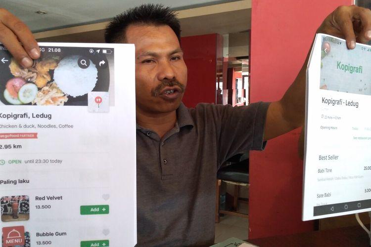 Kuasa Hukum Widhiantoro, Joko Susanto, menunjukkan salinan tangkapan layar akun Grabe fiktif (kanan) dan akun asli kedai Kopigrafi di Purwokerto, Kabupaten Banyumas, Jawa Tengah, Jumat (27/12/2019).