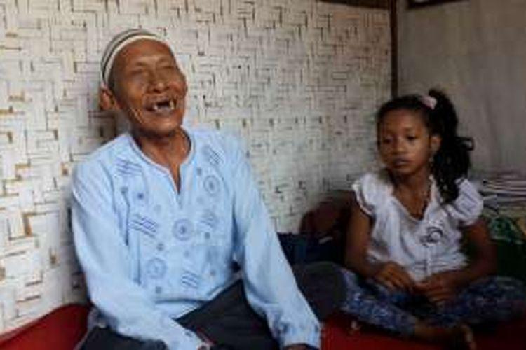 Ratemat Aboe (77) tukang becak yang membuka bimbingan belajar gratis saat ditemui di rumahnya di sela - sela mengajar, Minggu (24/7/2016)