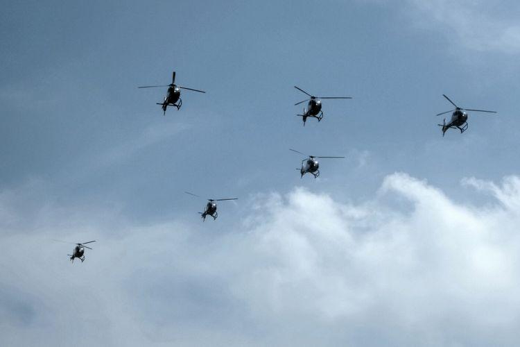 Dynamic Pegassus Team saat melakukan manuver formasi udara dengan menggunakan helikopter EC-120 Colibri buatan Perancis.
