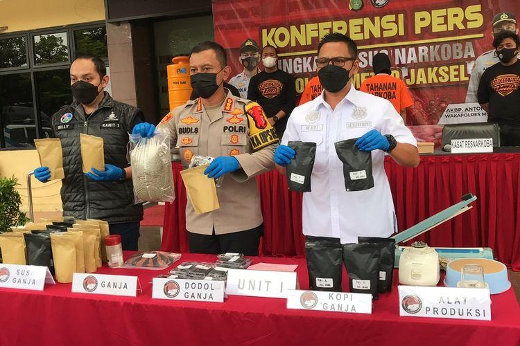 Polres Metro Jakarta Selatan merilis kasus penyalahgunaan narkoba jenis ganja yang dikemas menjadi makanan bentuk susu cokelat ganja, kopi, dan dodol pada Selasa (22/12/2020) sore.