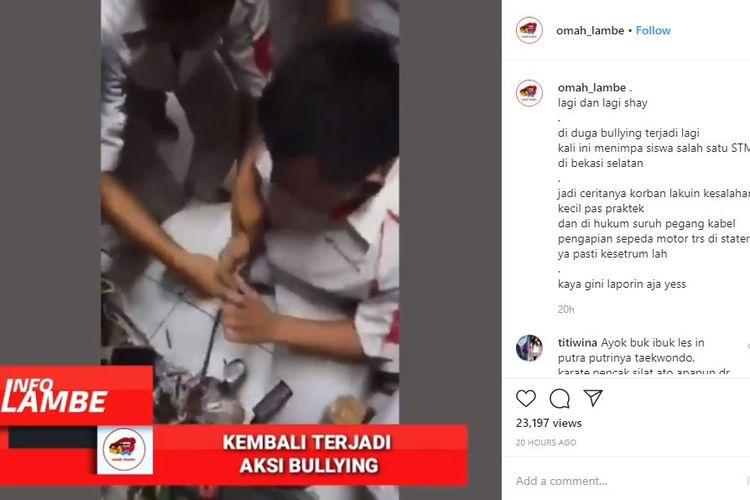 Seorang siswa tampak ketakutan dipaksa teman-temannya memegang sebuah kabel yang masih dialiri listrik.