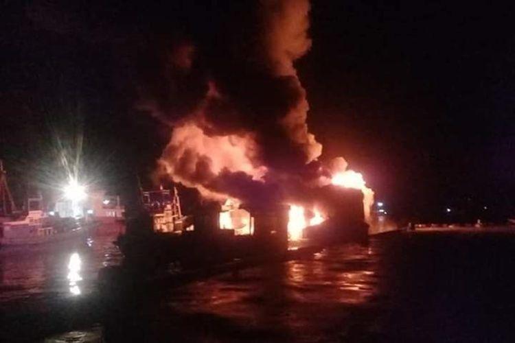 Sejumlah kapal ikan yang tengah bersandar di Pelabuhan Hurnala, Desa Tulehu, Kecamatan Salahutu, Kabupaten Maluku Tengah hangus terbakar, Jumat (4/9/2019) malam.