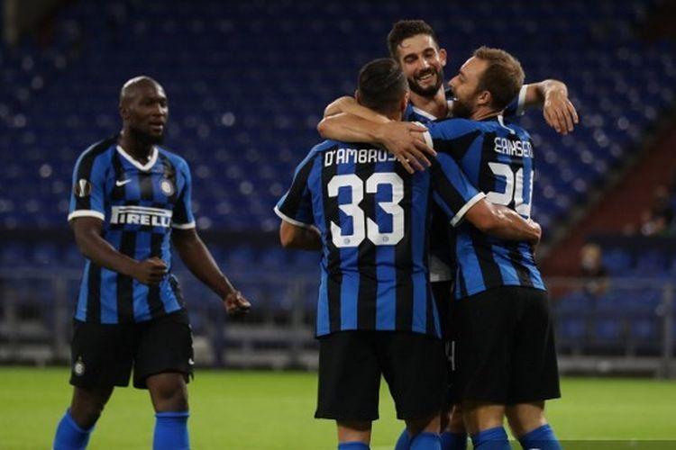 Christian Eriksen (kanan) merayakan gol besama rekan-rekannya dalam laga babak 16 besar Liga Europa Inter Milan vs Getafe di Stadion Veltins Arena, Jerman, Rabu (5/8/2020) malam waktu setempat atau Kamis (6/8/2020) dini hari WIB.