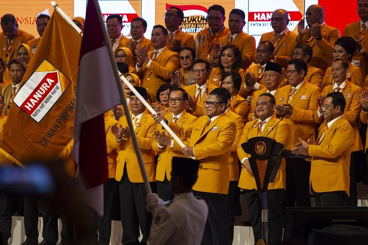 Ketua Umum Partai Hanura Oesman Sapta Odang mengibarkan pataka Partai Hanura pada Pengukuhan Pengurus Dewan Pimpinan Pusat (DPP) Partai Hanura Masa Bakti 2019-2024 di Jakarta Convention Center (JCC), Senayan, Jakarta, Jumat (24/1/2020). Pengukuhan Pengurus DPP Partai Hanura Masa Bakti 2019-2024 tersebut mengangkat tema Hanura Untuk Indonesia. ANTARA FOTO/Dhemas Reviyanto/pd.