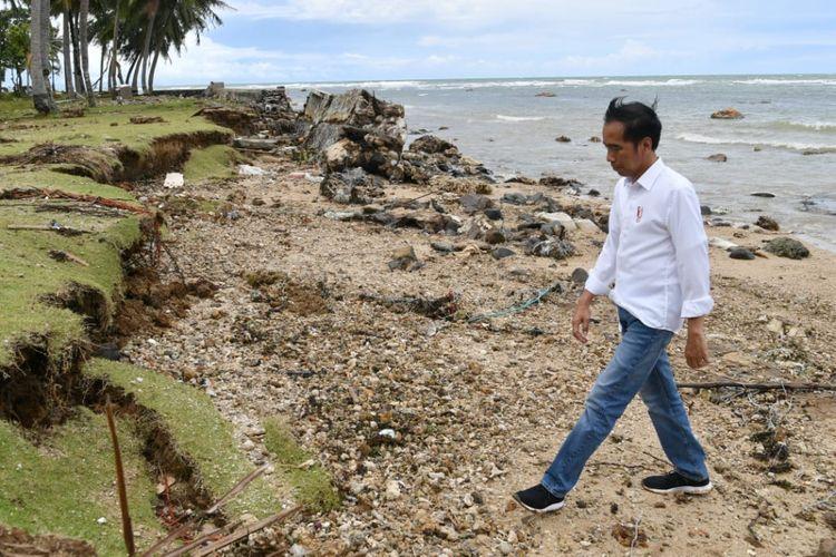 Presiden Jokowi meninjau lokasi terdampak tsunami di Pantai Carita, Banten, Rabu (26/12/2018).