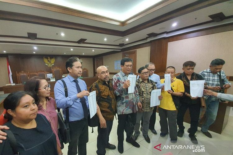 Para penggugat menunjukan data para korban yang telah dikumpulkan oleh tim gugatan banjir Jakarta usai persidangan di Pengadilan Negeri Jakarta Pusat, Selasa (10/3/2020).