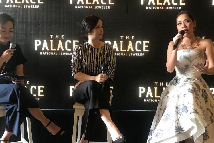 Talkshow perhiasan bersama General Manager The Palace National Jeweler Jelita Setifa (tengah) dan Bunga Citra Lestari (kanan).