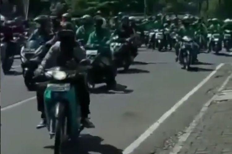 Viral di media sosial video ratusan driver ojek online (online) melakukan konvoi di jalanan Kota Bandung, Jawa Barat, Rabu (21/7/2021).