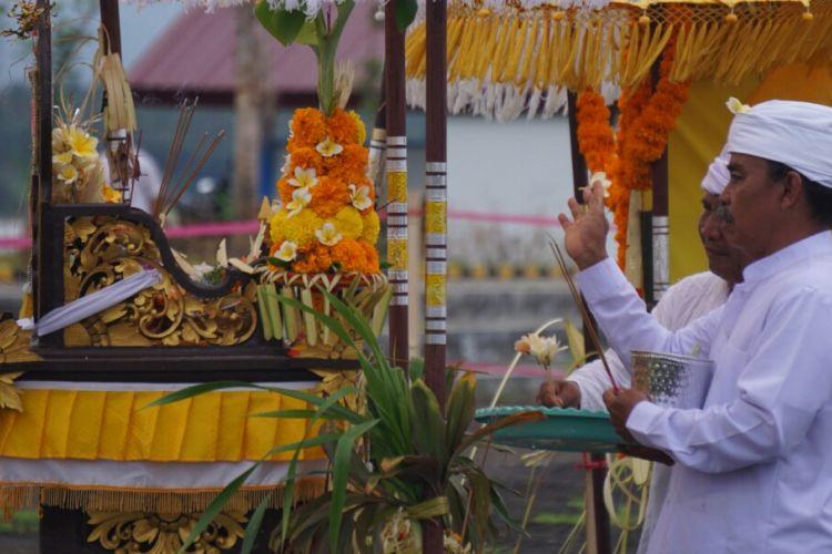 Upacata Melasti menjelang Nyepi di gelar di Pantao Boom Banyuwangi Minggu (26/3/2017)