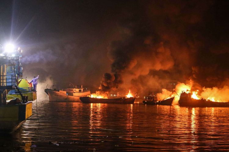 Kebakaran kapal nelayan di pelabuhan Muara Baru, Pluit, Penjaringan, Jakarta Utara, Sabtu (23/2/2019) malam. Total 20 unit kapal terbakar dan  hasil penyelidikan sementara polisi menyebutkan, pemicu kebakaran adalah pekerjaan pengelasan di fondasi kapal Artamina Jaya.