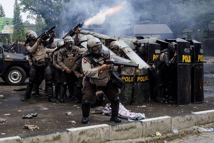 Personel kepolisian menembakkan gas air mata saat unjuk rasa tolak Undang-Undang Cipta Kerja di Depan Gedung DPRD Jawa Barat, Bandung, Jawa Barat, Rabu (7/10/2020). Aksi yang menolak dan menuntut pembuatan Perppu untuk Undang-Undang Cipta Kerja tersebut berakhir ricuh.