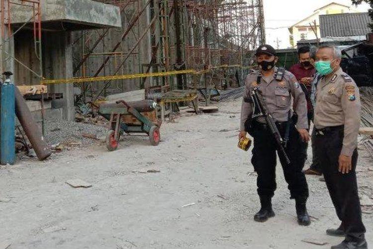 Polisi mendatangi lokasi lift jatuh di proyek pengembangan RSI Unisma di Kota Malang yang mengakibatkan empat pekerja tewas, Selasa (8/9/2020).