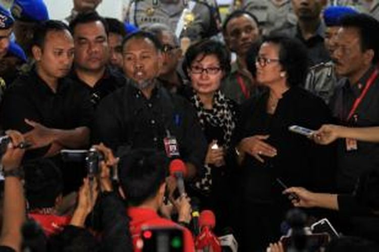 Wakil Ketua KPK, Bambang Widjojanto didampingi kuasa hukumnya usai diperiksa oleh penyidik Bareskrim Polri, Jakarta, Selasa (3/2/2015). Bambang adalah tersangka kasus dugaan menyuruh saksi memberikan keterangan palsu dalam sidang di Mahkamah Konstitusi (MK) terkait sengketa pilkada di Kotawaringin Barat pada 2010 silam.