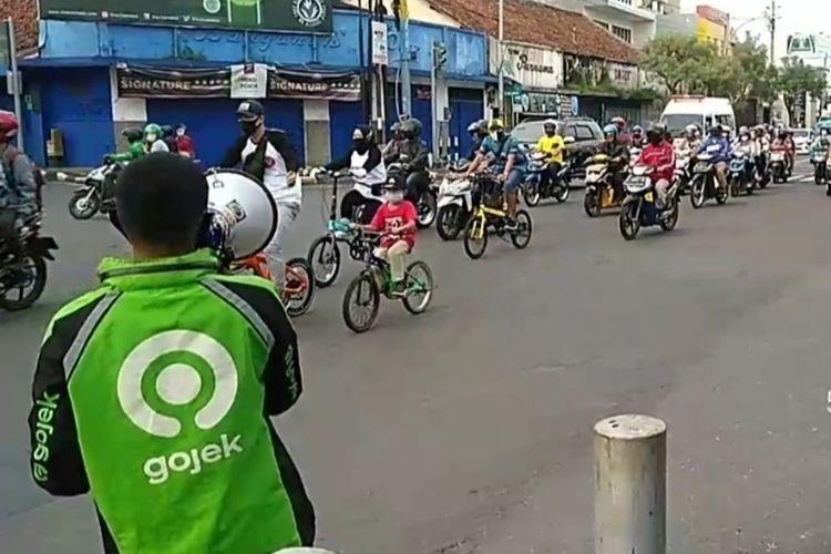 Pengemudi ojol menyosialisasikan penggunaan masker dan tertib lalu lintas dengan pengeras suara di perempatan Srimaya, Purwokerto, Kabupaten Banyumas, Jawa Tengah, Senin (1/6/2020).