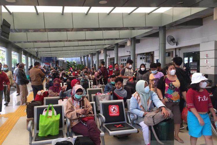 Calon penumpang menunggu di ruang tunggu Stasiun Pasar Senen, Jakarta Pusat, Selasa (18/5/2021).