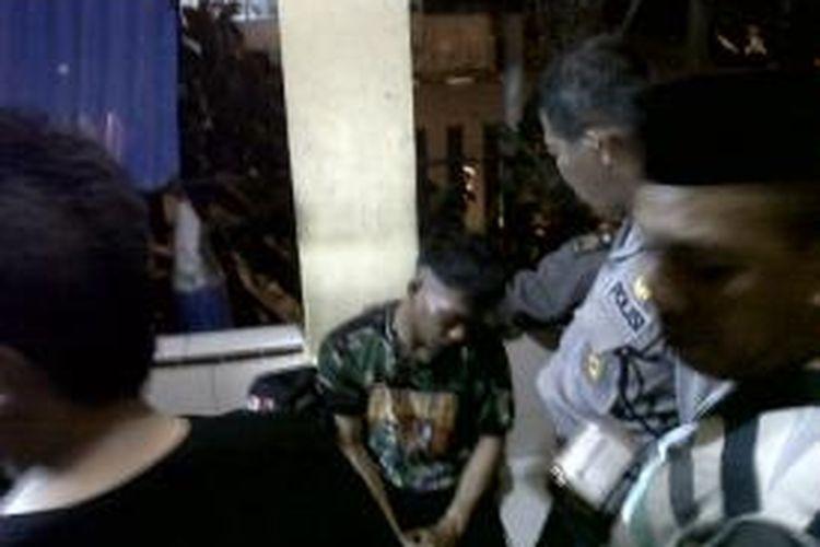 Pria mengaku tentara ini tengah diamankan polisi setelah menjadi bulan bulanan warga di Kabupaten Bone, Sulawesi Selatan. Jumat, (30/082013).