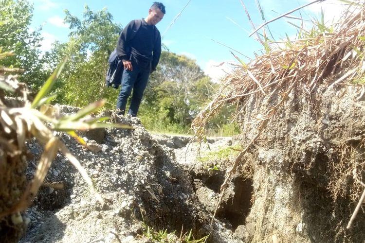 Kondisi tanah yang terbelah di Desa Kairatu, Kecamatan Kairatu, Kabupaten Seram Bagian Barat, Maluku, pasca gempa bermagnitudo 6,8 yang mengguncang wilayah tersebut, Kamis (26/9/2019).