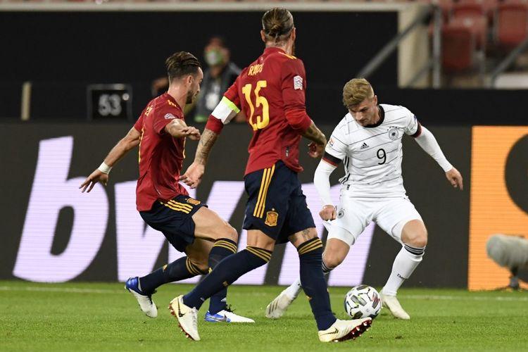 Timo Werner (kanan) dibayangi dua Sergio Ramos dan Diego Llorente pada laga UEFA Nations League antara Jerman dan Spanyol di Stadion Mercedes-Benz Arena, Jumat (4/8/2020) dini hari WIB.