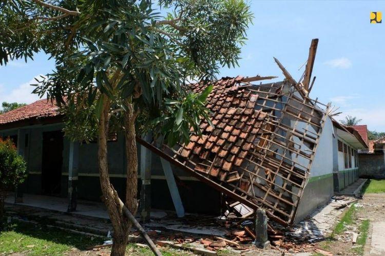 Kondisi sekolah rusak di sejumlah wilayah di Tanah Air.