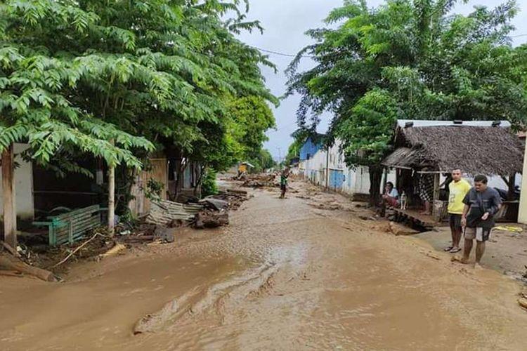 Warga mengamati lumpur akibat banjir bandang yang menerjang Waiwerang, Adonara Timur, Flores Timur, NTT, Senin (5/4/2021). Berdasarkan data BNPB hingga senin siang, korban meninggal dunia akibat banjir bandang di Flores Timur mencapai  68 jiwa. ANTARA FOTO/Pion Ratuloli/wpa/wsj.