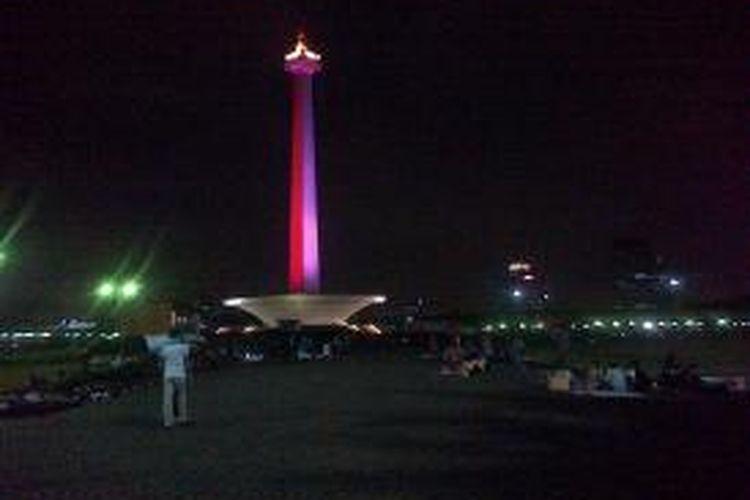 Tugu Monumen Nasional pada malam hari. Gambar diambil pada 1 Februari 2014