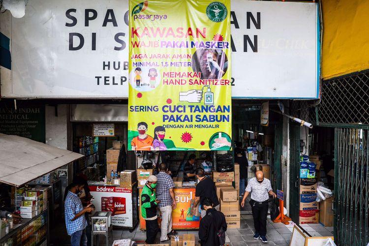 Aktvitas warga di Pasar Pramuka yang telah dibuka kembali di Jakarta Timur, Selasa (14/7/2020). Pengelola Pasar Pramuka menutup sementara pasar tersebut dari Sabtu (11/7) hingga Senin (13/7) menyusul satu orang pedagang terkonfirmasi positif COVID-19 setelah melakukan tes usap secara mandiri.