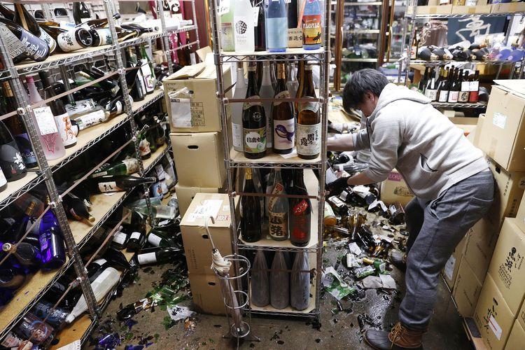 Botol-botol minuman keras di sebuah toko di Fukushuma, Jepang, berjatuhan akibat gempa bumi pada Sabtu (13/2/2021) tengah malam. Badan Meteorologi Jepang melaporkan, gempa 7,3 magnitudo ini mengguncang Fukushima, Miyagi, dan wilayah timur lainnya.