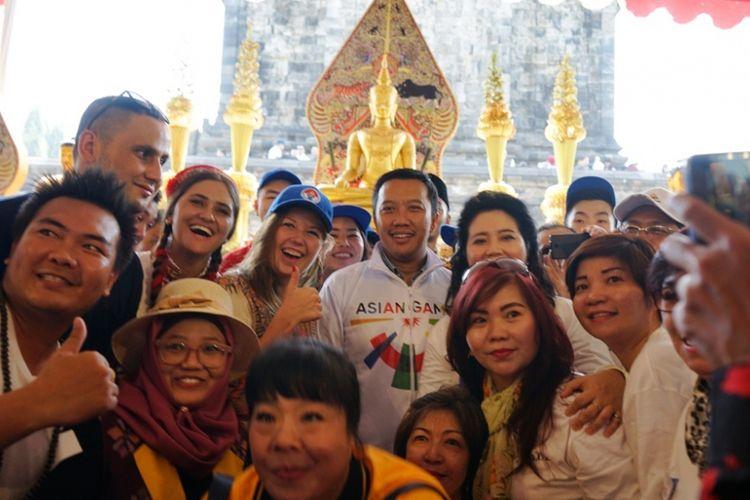 Menteri Pemuda dan Olahraga Imam Nahrawi bersama pemuda-pemudi Buddha perwakilan negara-negara Asia menghadiri peringatan Tri Suci Waisak 2562BE/2018 di pelataran Candi Mendut, Magelang, Jawa Tengah, Selasa (29/5/2018).