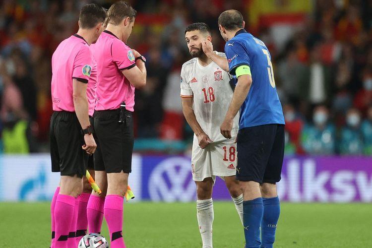 Bek Italia Giorgio Chiellini (biru) berinteraksi dengan bek Spanyol Jordi Alba dalam lemparan koin jelang adu penalti dalam laga semifinal Euro 2020 antara Italia vs Spanyol di Stadion Wembley di London pada 6 Juli 2021.