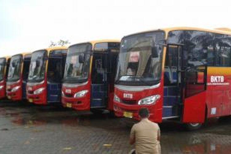 Sebanyak 18 bus kota terintegrasi busway rute Pantai Indah Kapuk-Monas diparkir di Selter Fresh Market, Penjaringan, Jakarta Utara, Rabu (5/2/2014). Peluncuran bus-bus tersebut dilakukan oleh Gubernur DKI Jakarta Joko Widodo hari ini.
