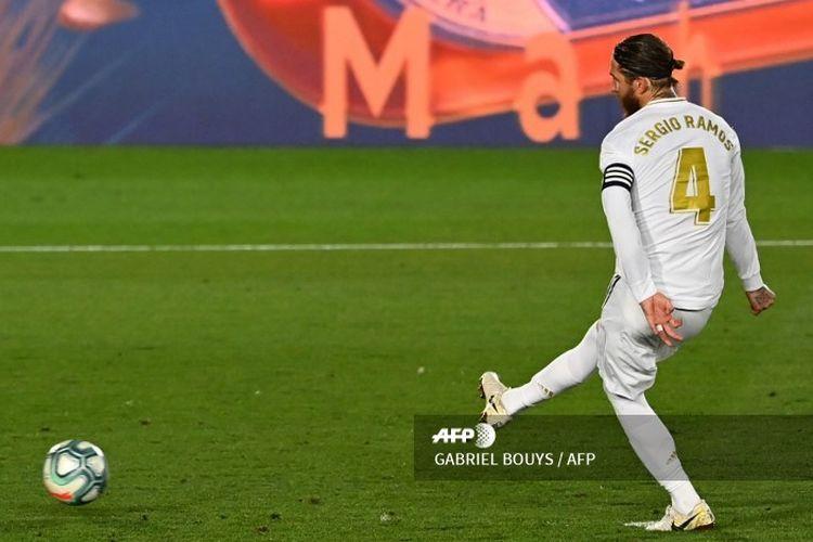 Bek sekaligus kapten Real Madrid, Sergio Ramos, mengeksekusi tendangan penalti dalam laga menghadapi Getafe yang digelar di Stadion Alfredo Di Stefano, 2 Juli 2020.