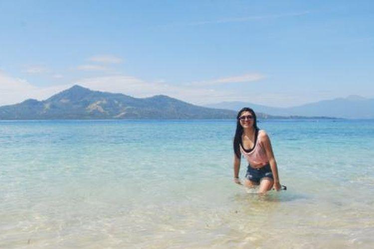 Pantai Pulau Siladen. Pasir putih dan air yang jernih membuat para wisatawan betah di tempat ini.