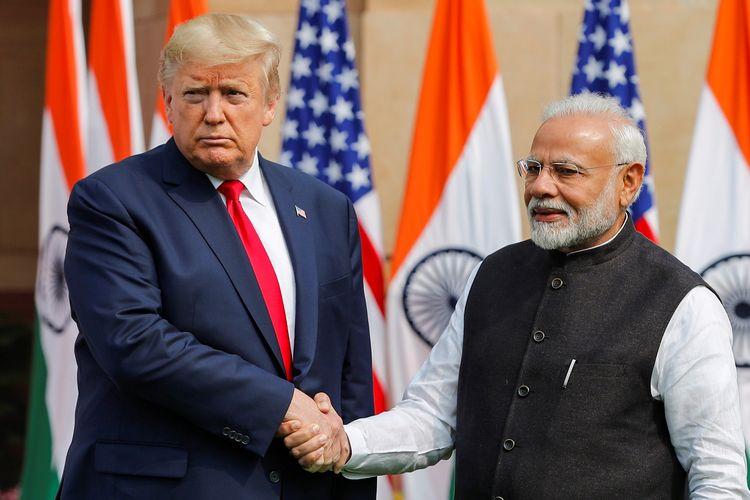 Presiden AS Donald Trump bersalaman dengan Perdana Menteri India Narendra Modi sebelum pertemuan di Hyderabad House di New Delhi, India, Selasa (25/2/2020).