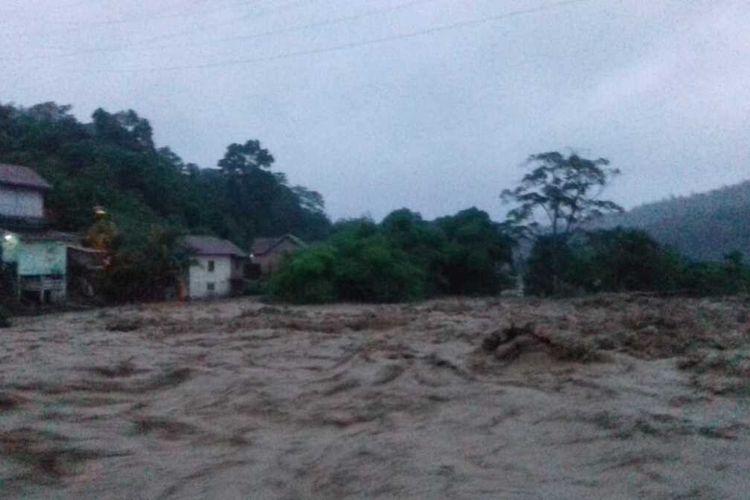 Kondisi banjir bandang yang terjadi di Kabupaten Lahat, Sumatera Selatan menyebabkan tanah longsor serta delapan rumah warga dilaporkan hanyut terbawa banjir. Saat ini, petugas BPBD Sumsel masih melakukan evakuasi terhadap warga, Kamis (9/1/2020).