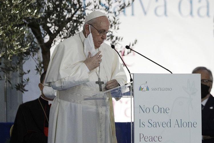 Paus Fransiskus berbicara dalam upacara antaragama untuk perdamaian di alun-alun di luar Balai Kota Roma, Selasa, 20 Oktober 2020.