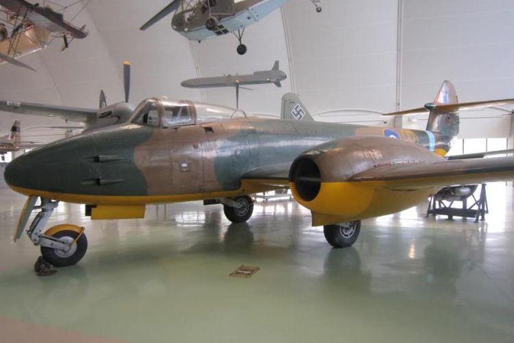 Messerschmitt Me-262 adalah jet tempur pertama di dunia yang pernah memperkuat AU Jerman dalam Perang Dunia II. Salah satu pesawat ini dipamerkan di Museum Angkatan Udara Inggris di London.