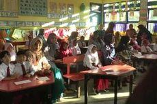 Lucunya Hari Pertama Sekolah, Saat Orangtua Rebutan Kursi hingga Duduk di Kelas