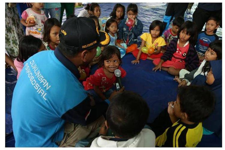 Mensos, Agus Gumiwang mengajak anak-anak tampak menyanyi sambil bertepuk tangan didampingi orangtua mereka.